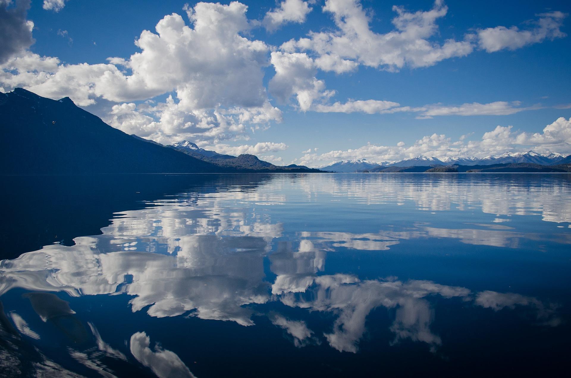 lago con riflesso del cielo