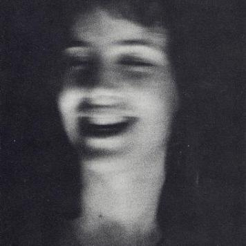 """Johan Van Der Keuken """"Ivonne 2"""" - 1956 LI. Ille mi par esse deo videtur, ille, si fas est, superare divos, qui sedens adversus identidem te spectat et audit dulce ridentem, misero quod omnis eripit sensus mihi: nam simul te, Lesbia, aspexi, nihil est super mi . Lingua sed torpet, tenuis sub artus flamma demanat, sonitu suopte tintinant aures, gemina et teguntur lumina nocte. Otium, Catulle, tibi molestum est: otio exsultas nimiumque gestis: otium et reges prius et beatas perdidit urbes. Quello mi sembra pari a un dio, quello, se è lecito, (mi sembra) superare gli dei, che sedendo di fronte continuamente ti guarda e ascolta sorridere dolcemente, cosa che a me, misero, toglie tutti i sensi: infatti appena ti vedo, Lesbia, non mi resta un filo di voce. Ma la lingua si blocca, sotto le membra una sottile fiamma si insinua, del loro stesso suono tintinnano le orecchie, gli occhi si coprono di duplice notte. L'ozio, Catullo, ti è nocivo: nell'ozio esulti e smani troppo: l'ozio ha distrutto re e città un tempo felici. (Trad. Annamaria De Simone)"""