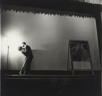 """Diane Arbus """"A Couple Kissing On Stage"""" - New York, 1963 LXXII. Dicebas quondam solum te nosse Catullum, Lesbia, nec prae me velle tenere Iovem. dilexi tum te non tantum ut vulgus amicam, sed pater ut gnatos diligit et generos. nunc te cognovi: quare etsi impensius uror, multo mi tamen es vilior et levior. qui potis est, inquis? quod amantem iniuria talis cogit amare magis, sed bene velle minus. Un tempo dicevi di aver solo Catullo come amante, Lesbia, e di non voler avere neppure Giove al posto mio. Allora ti amai non solo come la gente comune ama un'amante, ma come un padre ama i figli e i generi. Ora ti ho conosciuto: perciò, anche se brucio più forte, tuttavia mi sei molto più vile e leggera. Come è possibile, dici? Perché una tale offesa costringe un amante ad amare di più, ma a voler bene di meno. (Trad. Annamaria De Simone)"""
