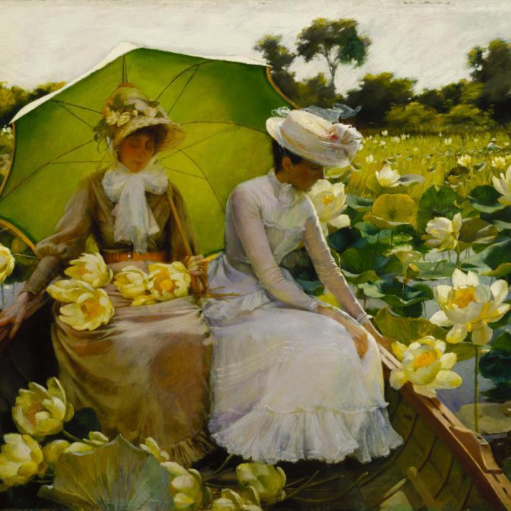"""Charles Courtney Curran (1861-1942) """"Lotus Lilies"""", 1888 Curran dipingeva con una tecnica impressionista: le pennellate non mirano a restituire la materia, quanto la luce e il colore. I colori dominanti sono piuttosto limitati, ma questo permette di enfatizzare la calma della scena: il verde del parasole riprende quello delle foglie così come il tono dell'abito della moglie di Curran riprende quello della barca; il bianco del fiocco di questa e quello dell'abito di sua cugina riprendono il colore dei fiori e quello del cielo sullo sfondo, in un misurato bilanciamento. La luce così diffusa produce un risultato di totale immersione nella flora."""