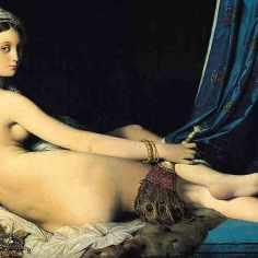 """Jean-Auguste-Dominique Ingres (1780-1867) """"La grande odalisca"""", 1814 Il quadro di Ingres venne criticato quando venne esposto la prima volta, perché il corpo dell'odalisca non rispetta le normali proporzioni anatomiche. Anzi, la figura viene deformata e allungata (soprattutto nella schiena, che guadagna cinque vertebre). La posa è risultata impossibile da riprodurre per una persona reale. Eppure, è proprio questa deformazione a contribuire alla sensualità del soggetto. La lunga curva del viso, che si sta voltando verso lo spettatore, della schiena e delle lunghe gambe morbidamente accavallate e quella delle pieghe della tenda costituiscono un'unica linea sensuale. La morbidezza e il profumo della splendida pelle sono quelle di una creatura che non ha mai dovuto affaticarsi. Il suo sguardo ci dice che è cosciente della propria bellezza, ma che ciò non le suscita esaltazione o arroganza: è serena nella sua consapevolezza, e quegli occhi tanto penetranti sono stati interpretati sia come specchio di un'immensità psicologica, sia come pozze prive di sentimento. Ingres era convinto della predominanza del disegno sul colore, e questo si può notare anche nella Odalisque: i contorni sono chiari e leggermente marcati, e il colore e la luce sono modulati solo lo stretto necessario per rendere i dettagli. I toni freddi e scuri del letto e dello sfondo, inoltre, enfatizzano sì la serica pelle dell'odalisca, ma non la fanno risaltare violentemente."""