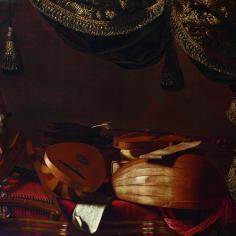 """Evaristo Baschenis (1617-77), """"Strumenti musicali e statuetta"""", 1660-70 Se in """"Strumenti musicali"""" era chiara l'impronta di un dito nella polvere, qui è invece palese come gli strumenti siano anche scordati. La tenda che si apre su questa scena sembra sottolineare il momento che sarebbe dovuto essere di attenzione e ascolto ma che è invece di silenzio e abbandono."""