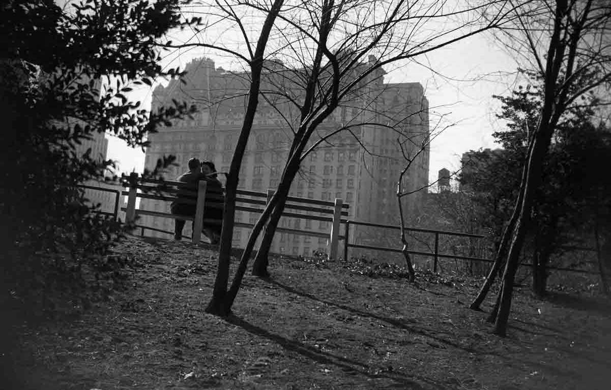vivian_maier_central_park_new_york_couple_on_park_bench_1955