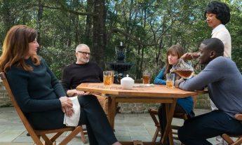 La famiglia Armitage con Chris e la domestica Georgina