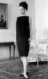 """Audrey Hepburn con uno dei vestiti """"a sacco"""" di Givenchy"""