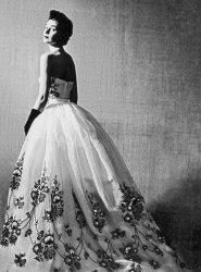 """Uno degli abiti della collezione """"Separates""""(1952), quello che sarà poi indossato da Audrey Hepburn in """"Sabrina"""" (1954). © Givenchy Archives"""