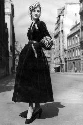 La silhouette di Dior è qui chiara: vita stretta, gonna ampia e lunga fin quasi alle caviglie, materiali importanti, cintura a segnare il punto vita. © Getty Images