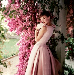 Audrey Hepburn nel 1950 immortalata da Norman Parkinson. L'abito è di Givenchy.