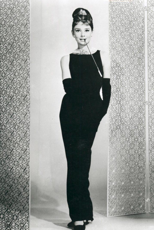 """Audrey Hepburn nell'immortale tubino nero di """"Colazione da Tiffany"""" (1961)"""