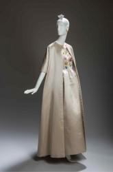 Quest'abito (collezione primavera-estate 1961) venne indossato da Jackie Kennedy durante la visita ufficiale del marito in Francia (1961).