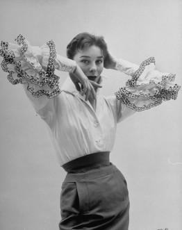 La blusa Bettina prende il nome dalla modella Bettina Graziani (nome d'arte di Simone Micheline Bodin, 1925-2015), che la indossò alla sfilata della prima collezione di Givenchy e divenne la sua addetta stampa.