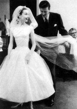 """Givenchy dà gli ultimi ritocchi all'abito da sposa usato in """"Funny Face"""" (1957)"""