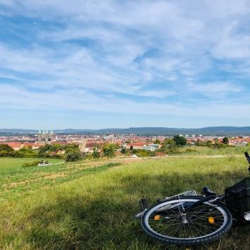 La mia bicicletta (confesso, sono colpevole) che è arrivata, ovviamente spinta a mano, quasi in cima all'Altenburg. Sullo sfondo, naturalmente di seconda importanza, vista su Bamberga.