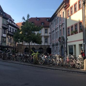 Solo uno degli innumerevoli parcheggi per le bici del centro